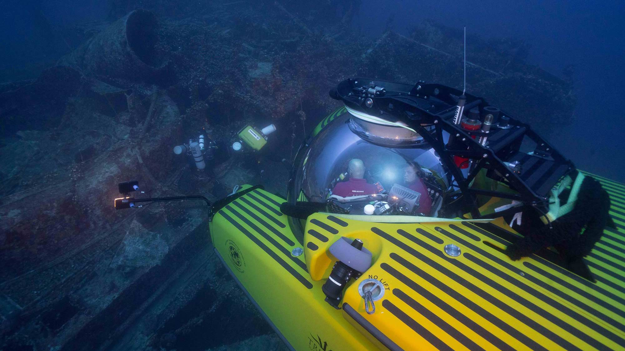 Triton 3300/3 films a wreck site