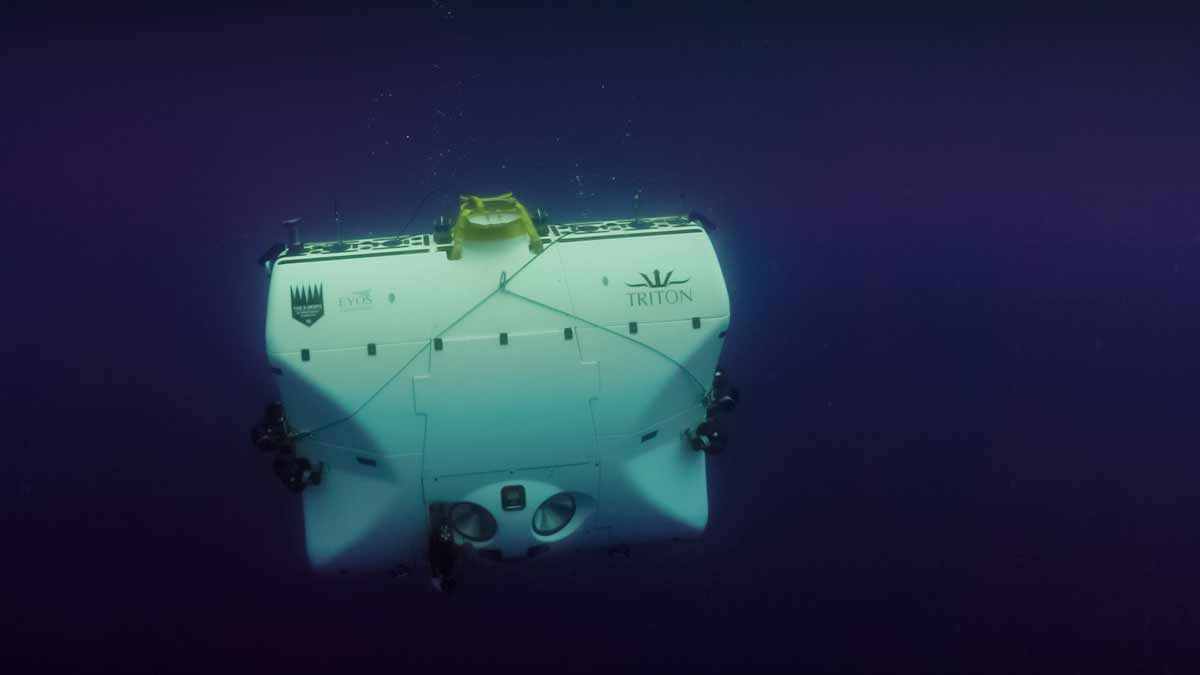 Triton 33000/2 diving. Nick Verola.