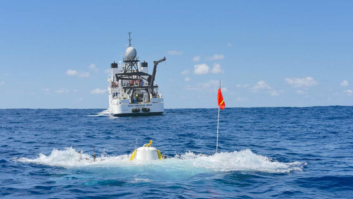 Triton 33000/2 departs surface for record-braking dive